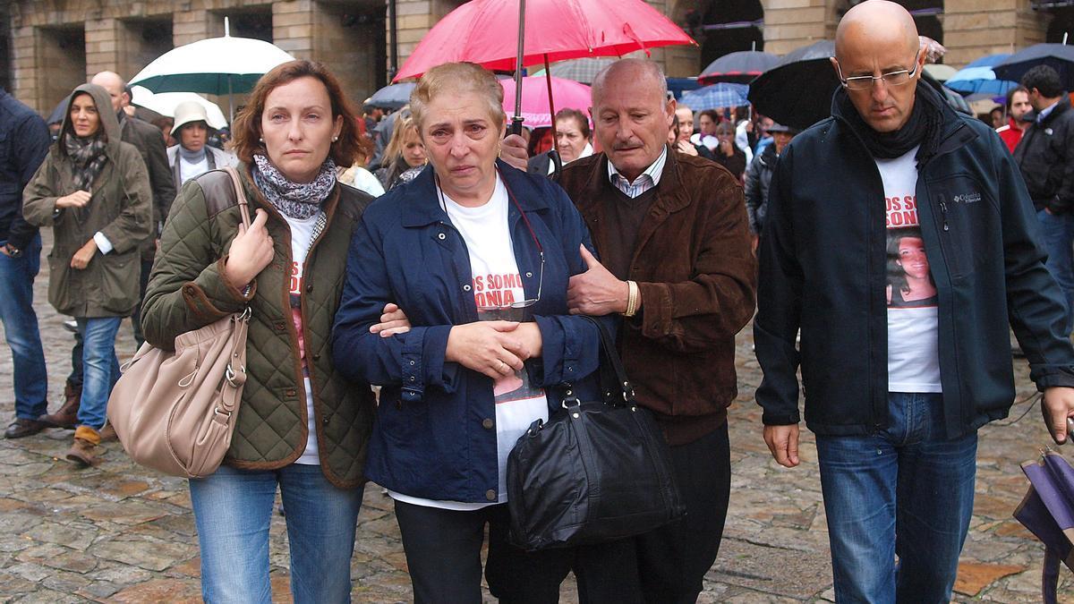 Alejandro Iglesias (seg. derecha) en una concentración en el Obradoiro tras la desaparición de su hija Sonia en 2010