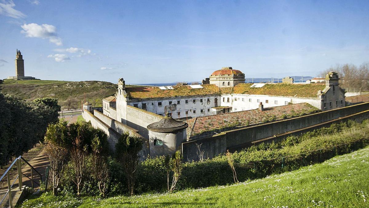 Vista de la antigua prisión provincial, con la Torre de Hércules al fondo. |   // CASTELEIRO/ROLLER AGENCIA