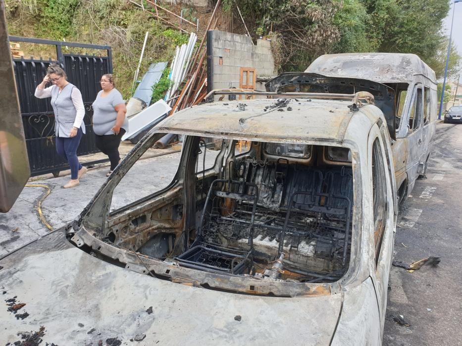 Arden dos furgonetas y un camión en Vigo. // Marta G. Brea