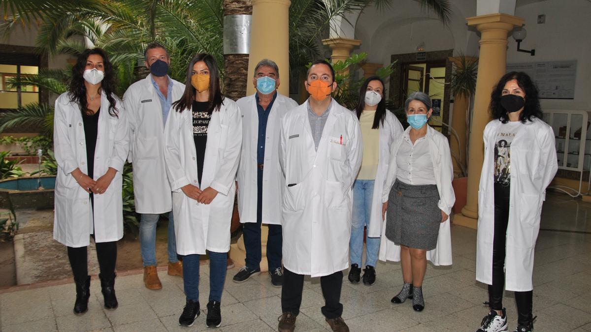Imagen del equipo de sanitarios encargados de la conservación y distribución de los viales.