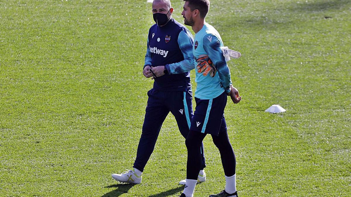 Paco López charla con el guardameta Aitor Fernández, ayer en el Ciutat de València. | M.Á.MONTESINOS