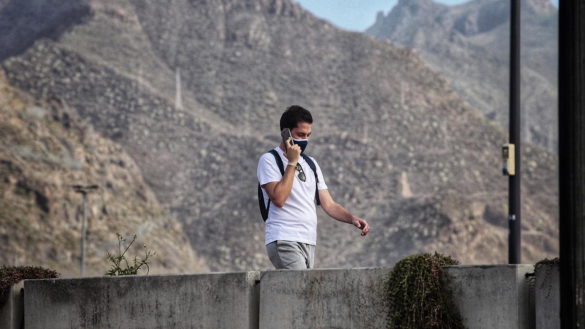 Un hombre habla por el teléfono móvil, en Santa Cruz de Tenerife.