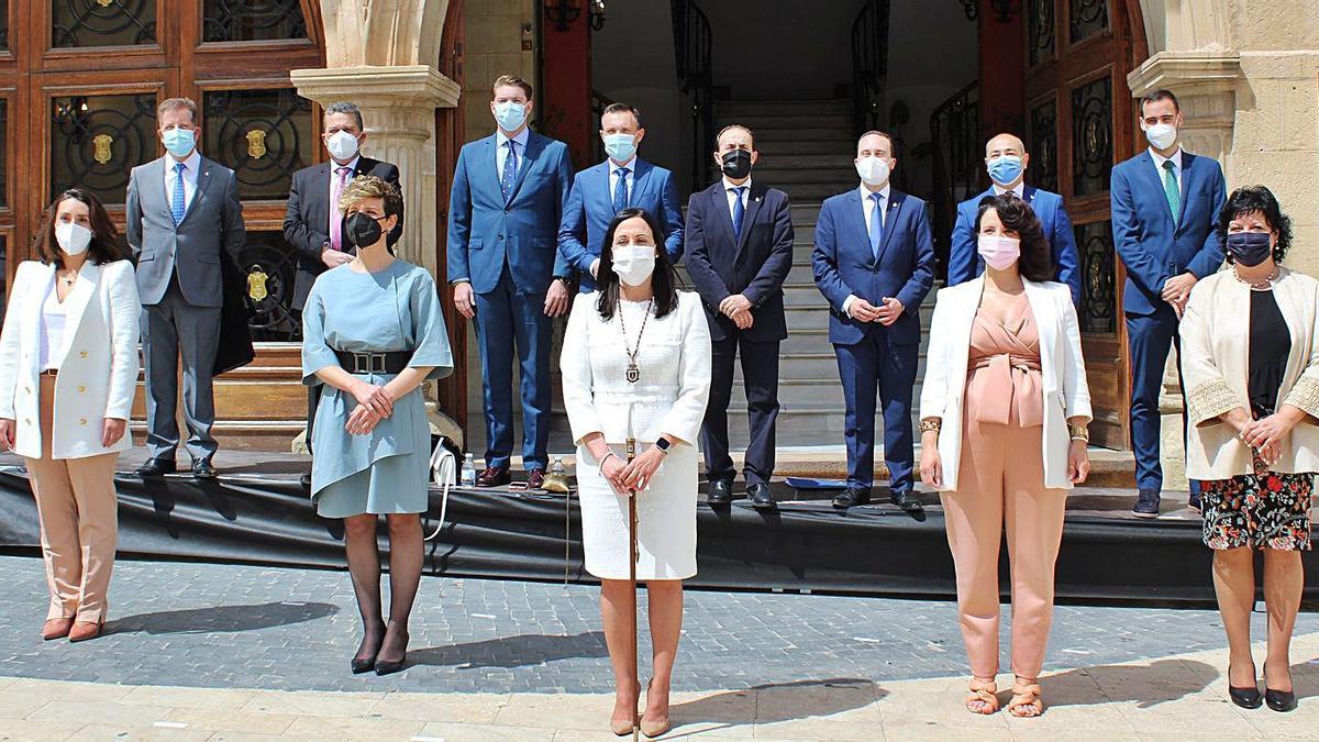 Remedios Lajara, en el centro, junto al resto de su equipo de gobierno.