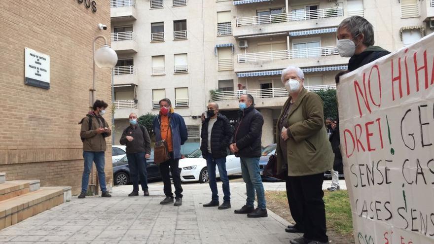 Momento de la salida del activista Joan Cogollos de los juzgados de Gandia