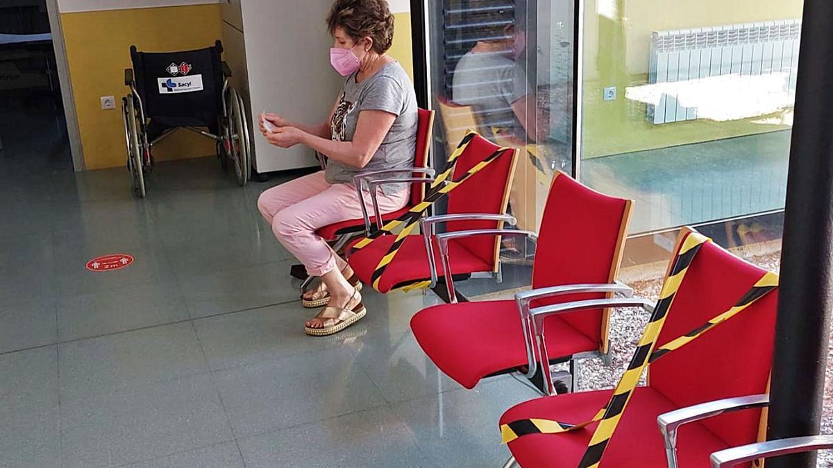 Leonor Llamas, donante de sangre desde muy joven, esperando su turno.   C. G. R.
