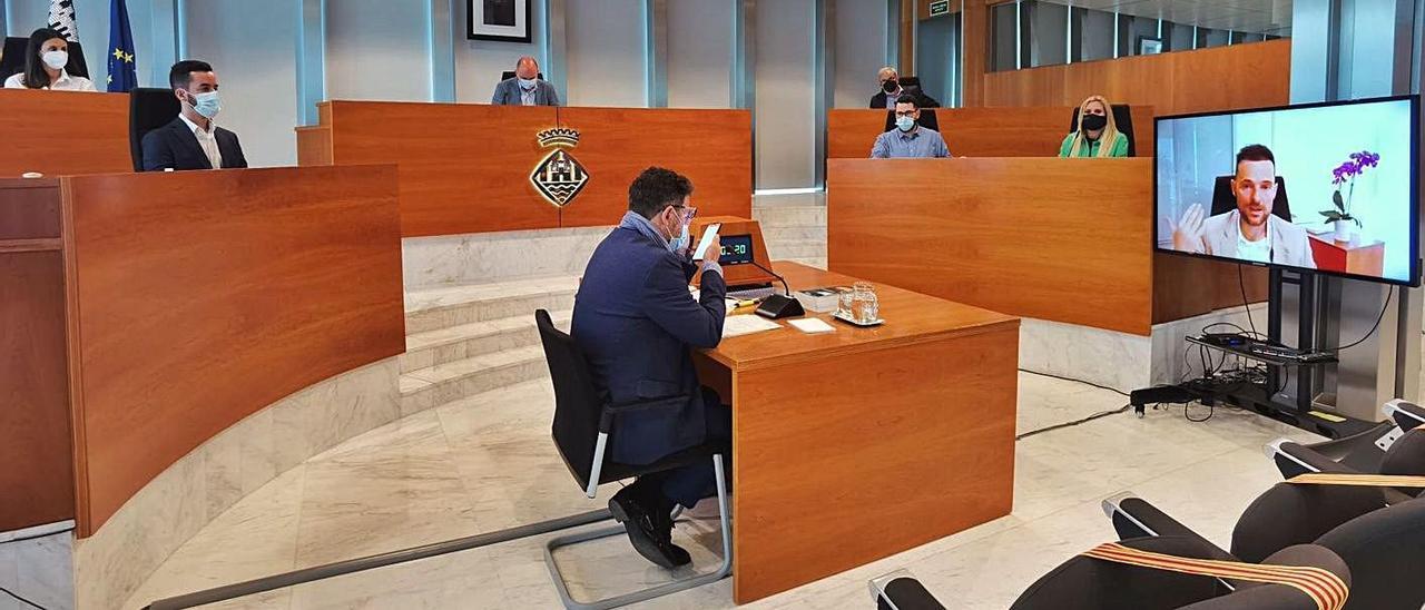 Mariano Juan, durante su intervención a través de la pantalla, en el pleno del Consell.   C.E.