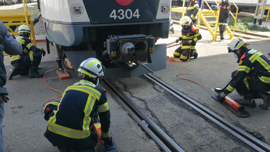 FGV adiestra a bomberos de València en posibles descarrilamientos de trenes