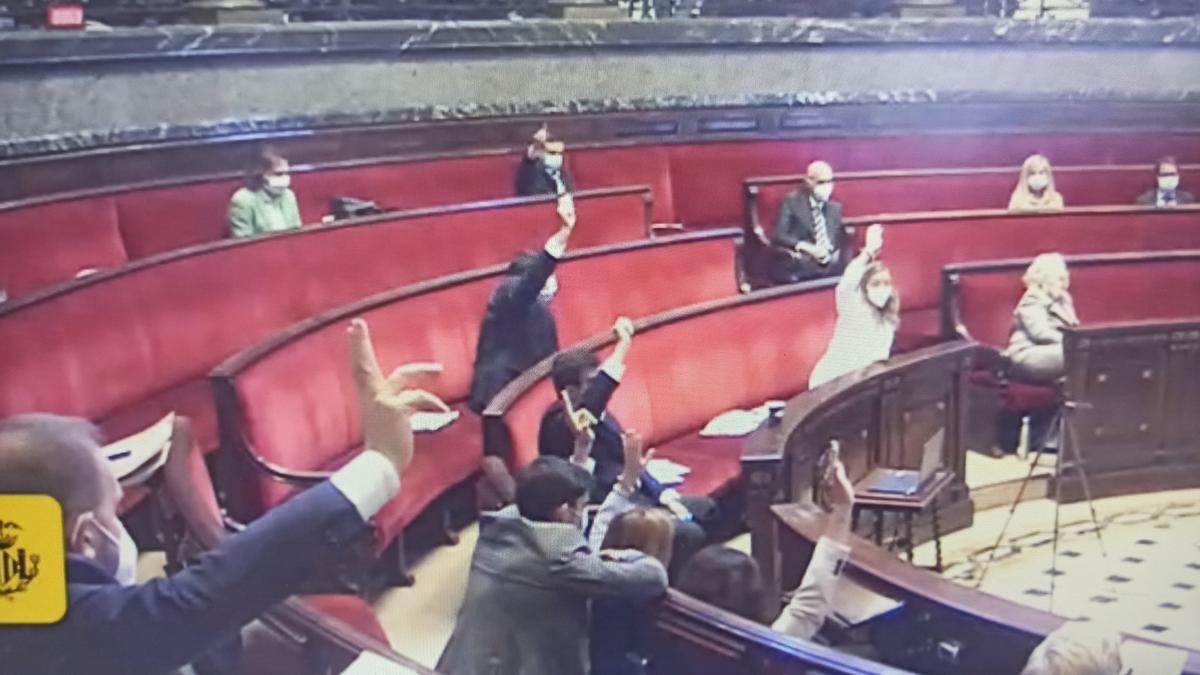 Els socialistes i Ciutadans van votar en la mateixa línia, a favor de llevar el monòlit.