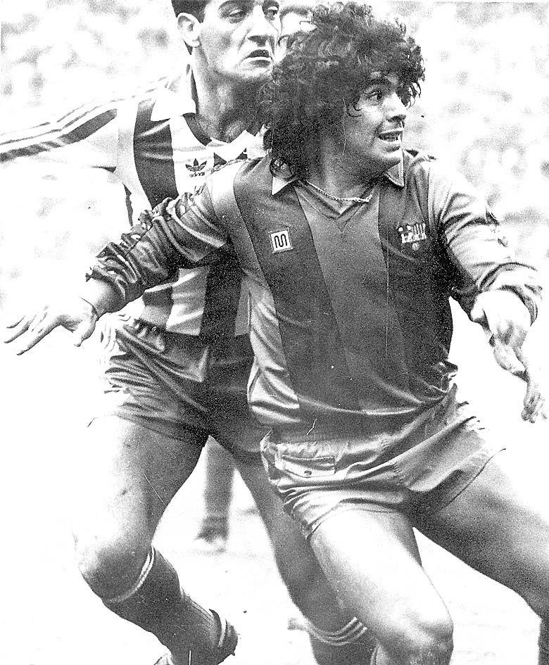 Maradona, con el Barcelona, defendido por Espinosa, del Sporting.jpg