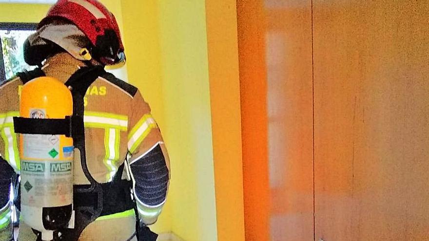 Jóvenes hacen explotar una bomba casera en un piso en Bastiagueiro que generó alarma