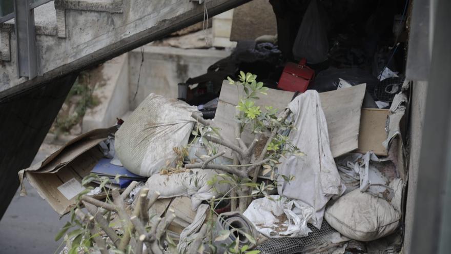 La basura se acumula bajo las escaleras de la plaza Major a la vista de todos