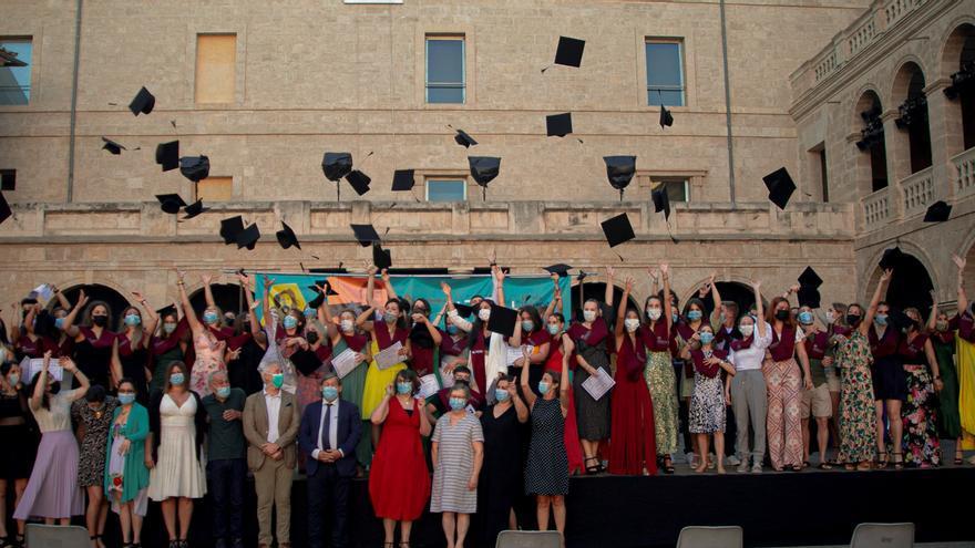 El alumnado de cinco grados de FP de la Escuela Universitaria ADEMA se gradúan en el Pati de la Misericordia