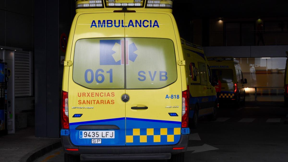 Ambulancia en los accesos a un hospital gallego.