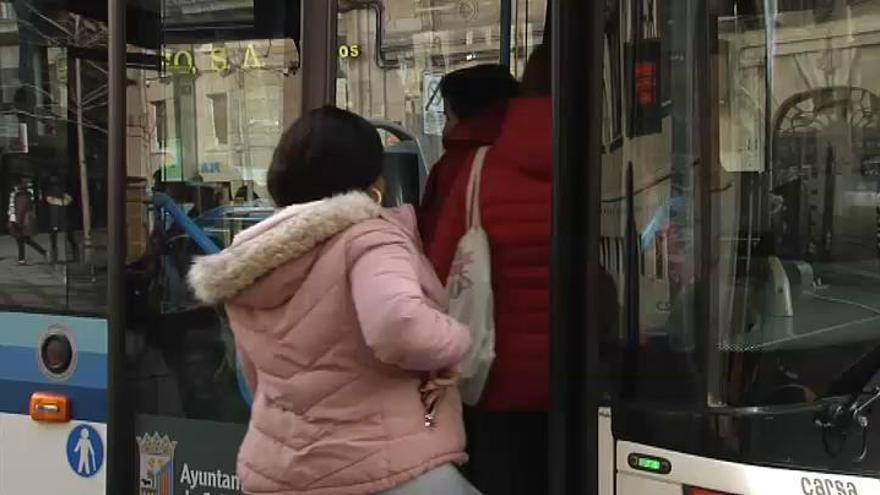 Aseado y educado para subir a un autobús en Salamanca