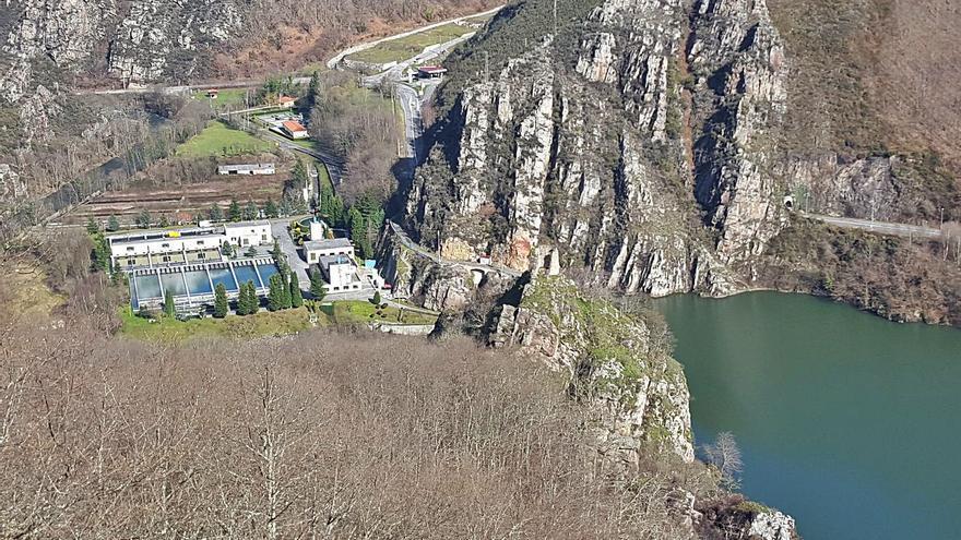 El derribo de la piscifactoría de Rioseco inicia la mejora del abastecimiento de agua