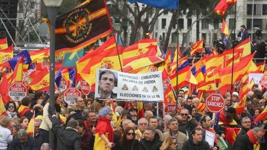 Predominio de banderas constitucionales y discreción de la ultraderecha
