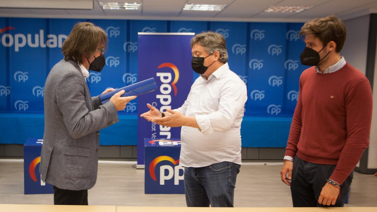 Anaya entrega los avales a Luis Santamaría y Juan Carlos Caballero