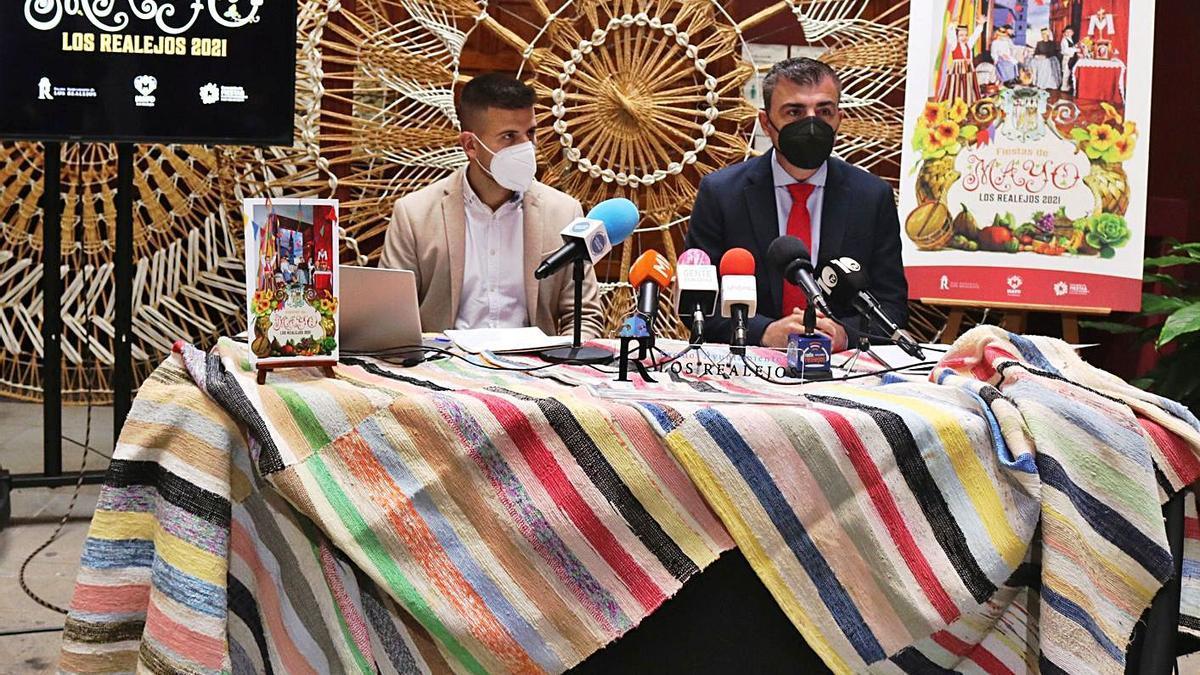 El edil de Fiestas, José David Cabrera, y el alcalde realejero, Manuel Domínguez, en la rueda de prensa de ayer. | | E.D.