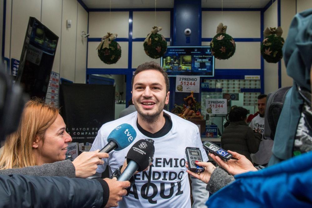 El propietario de la administración número 1 de Santander, La Anjana, Marcos Arrabal, atiende a los medios en su establecimiento donde se ha vendido el segundo premio de la lotería de navidad. EFE