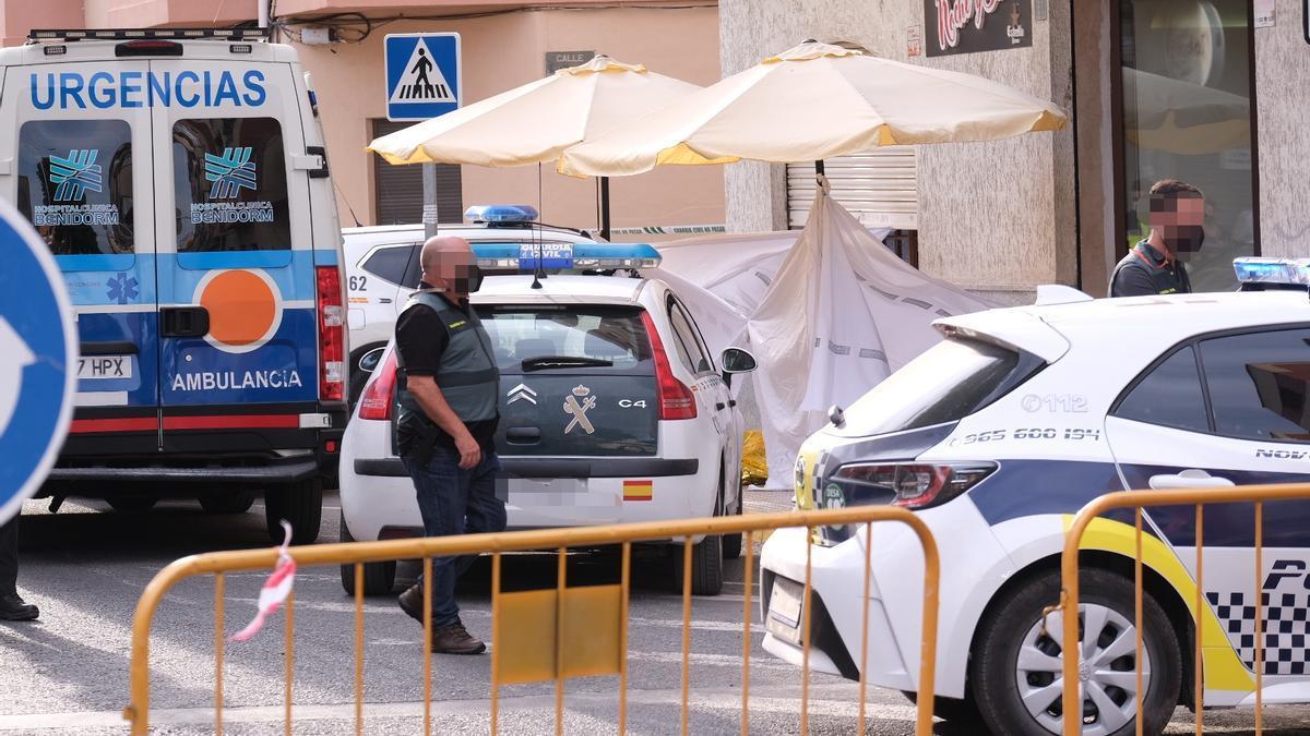 La Guardia Civil inspeccionando el lugar donde se produjo el homicidio en Novelda