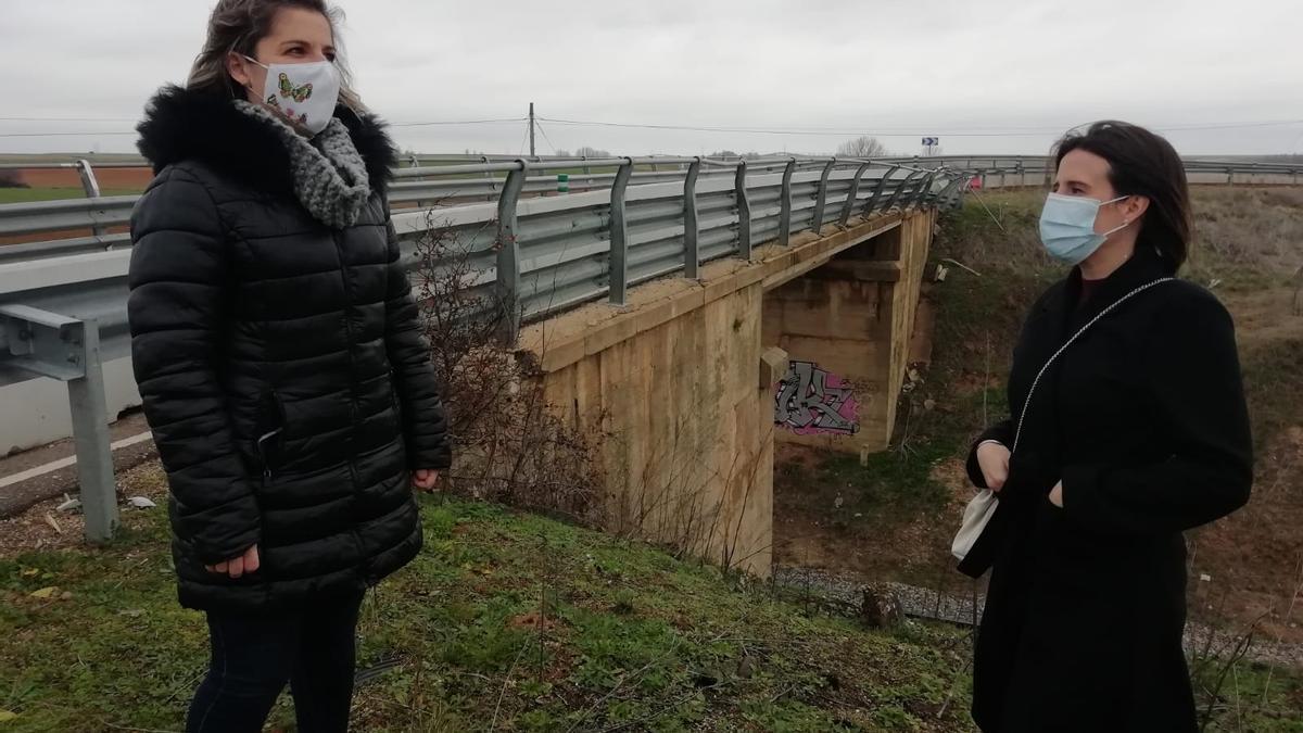 Las concejalas del PSOE de Andavías junto al viaducto siniestrado