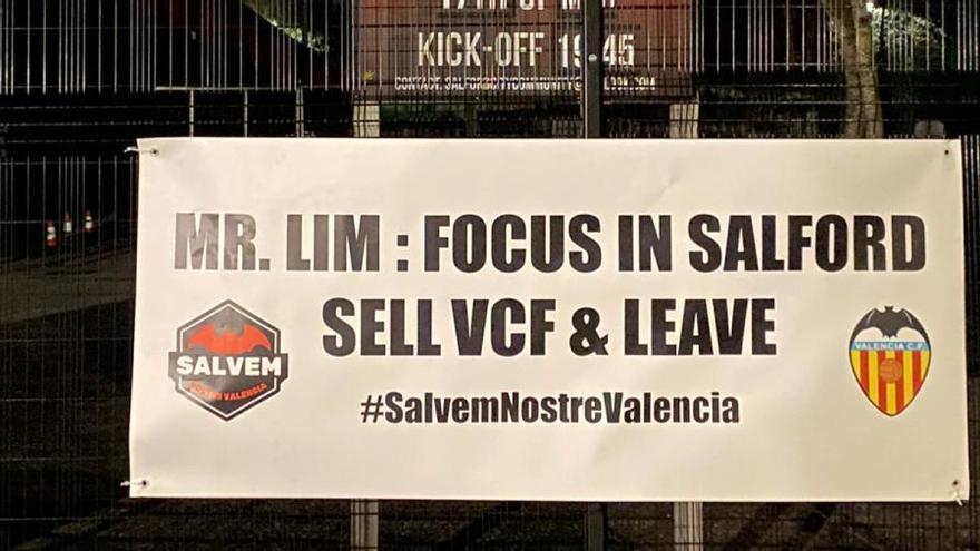 Los aficionados ingleses se unen al valencianismo en su protesta contra Lim