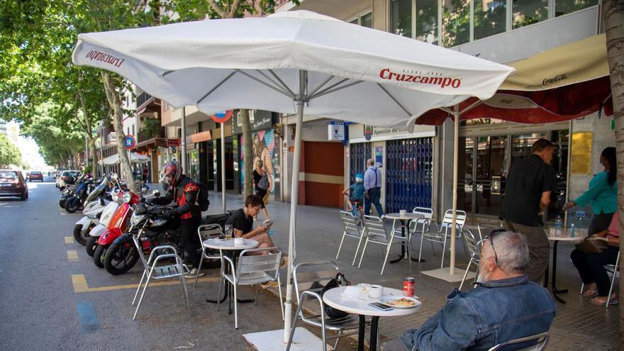 Bares y restaurantes de Palma deben retirar en tres días las terrazas que ocupan aparcamientos