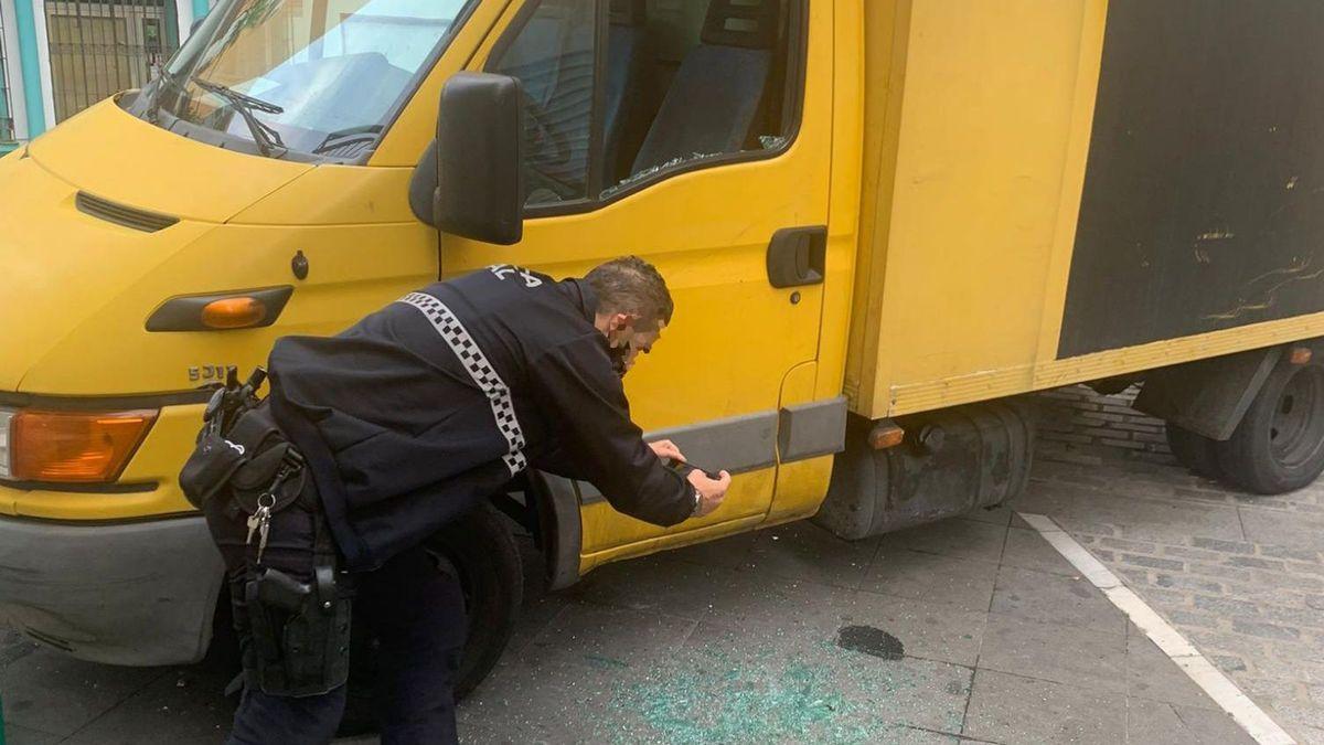 Un agente en la escena del crimen.