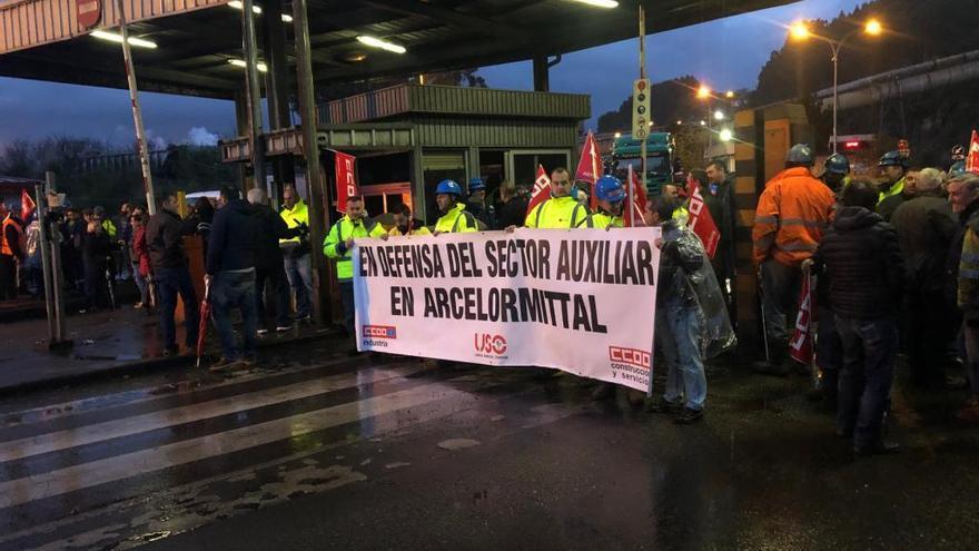 La huelga de las auxiliares de Arcelor repercute en los talleres de laminación de Gijón