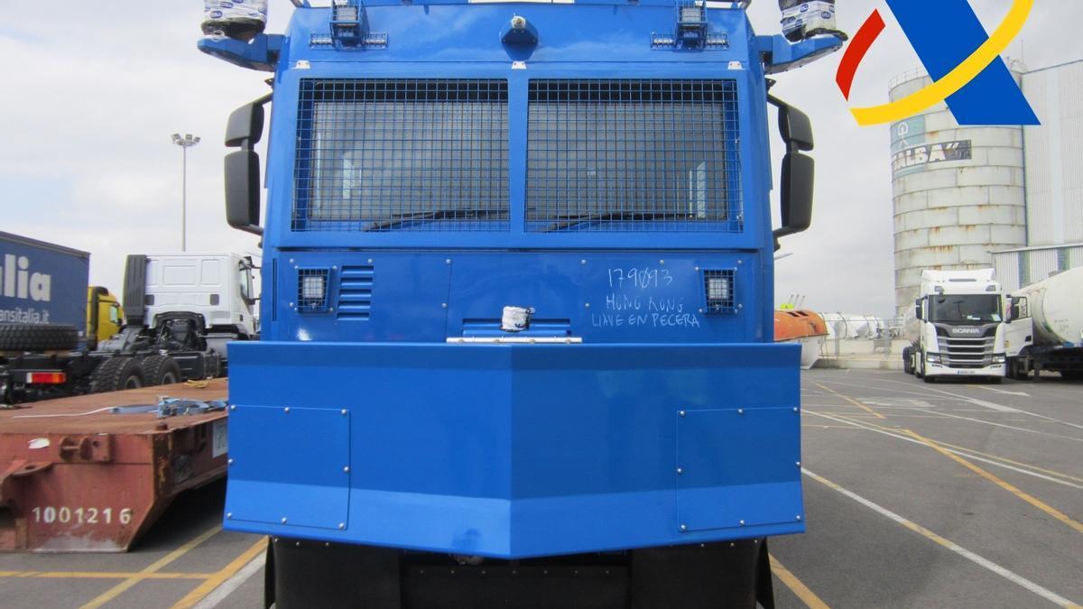 Archivo - La Agencia Tributaria frena el intento de exportación desde Valencia de un vehículo antidisturbios sin autorización con destino a China