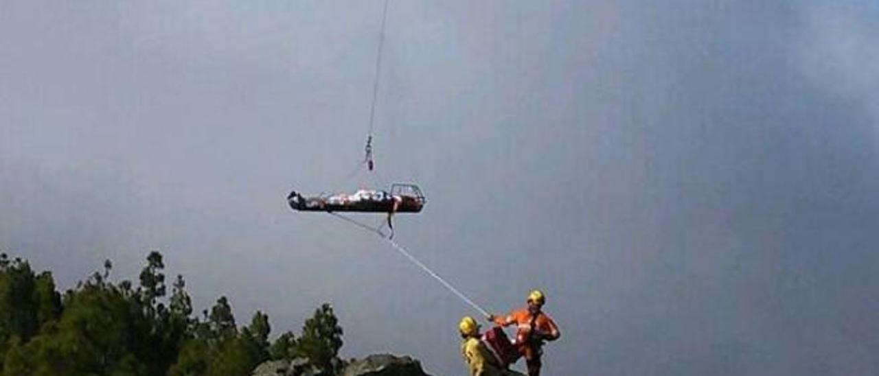 Rescate de un helicóptero de emergencias en la cumbre de Gran Canaria.