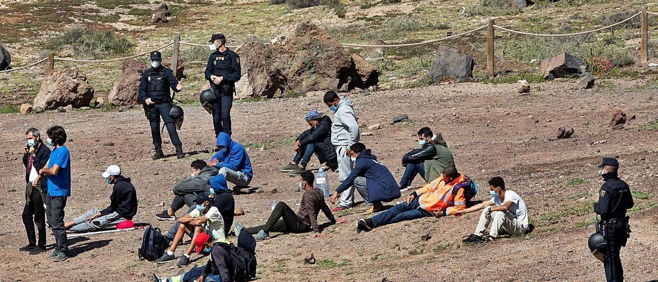 La Policía desaloja y detiene a migrantes que acampan en El Confital