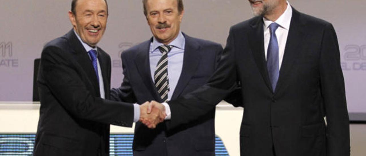 Rubalcaba apela a los recortes del PP y Rajoy le culpa de la crisis