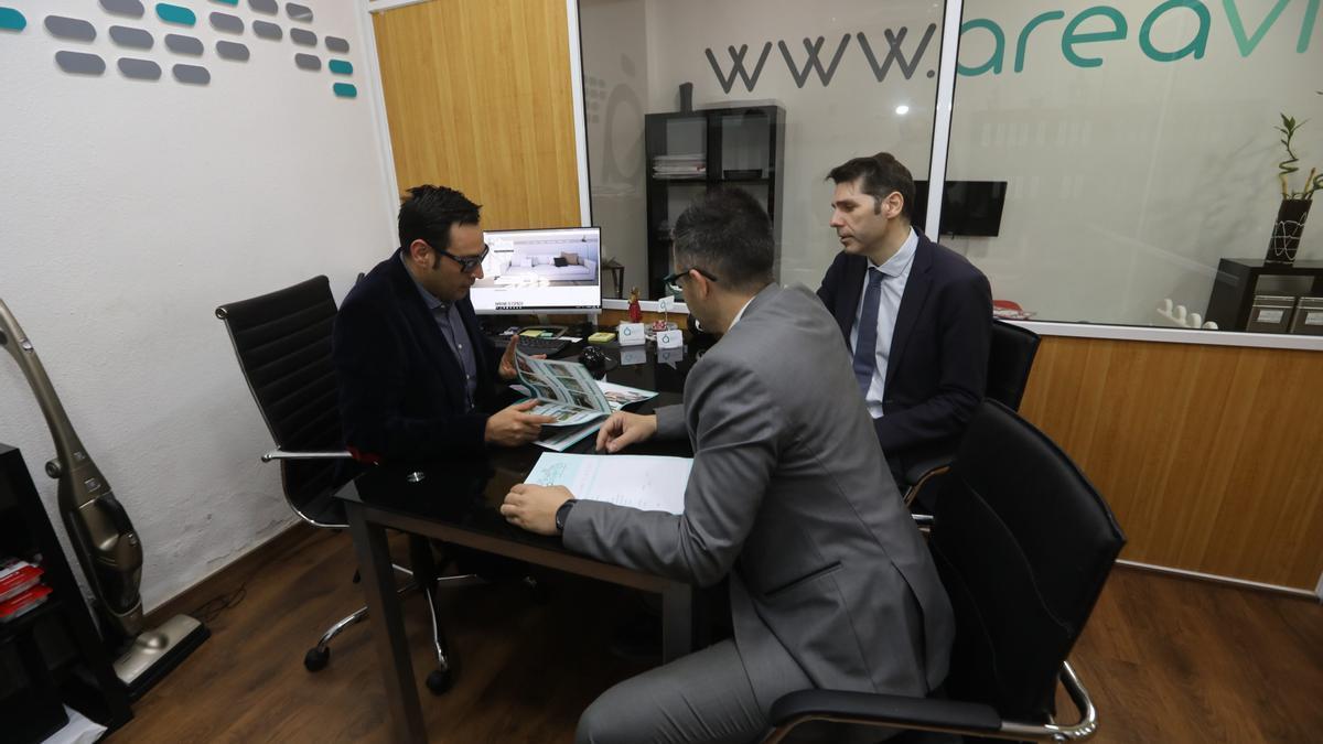 Un momento de trabajo y consultas en una de las inmobiliarias que operan en Castellón.