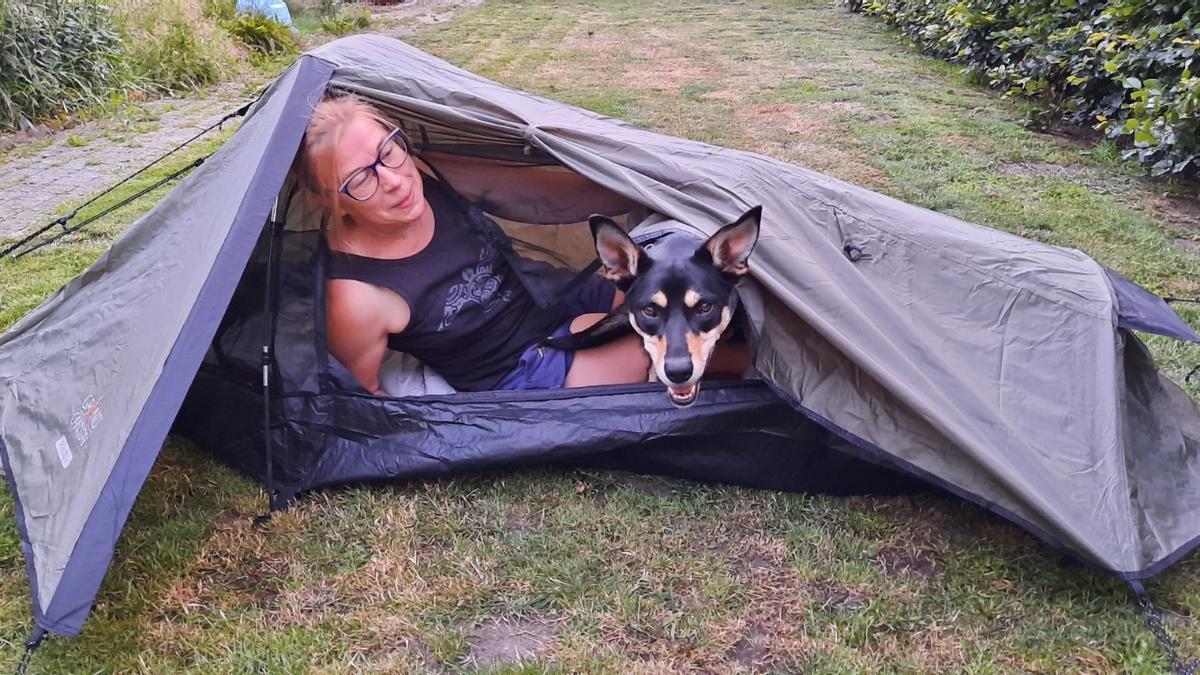 Annie y su perra Dax durante una descanso