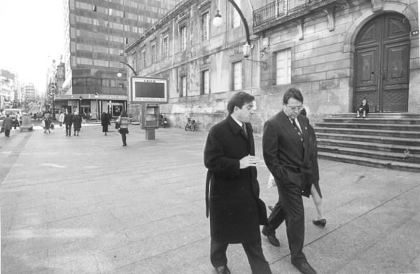 Xosé Cuiña Crespo pasea junto a Carlos Mantilla por la calle del Principe en 1991. // Cameselle