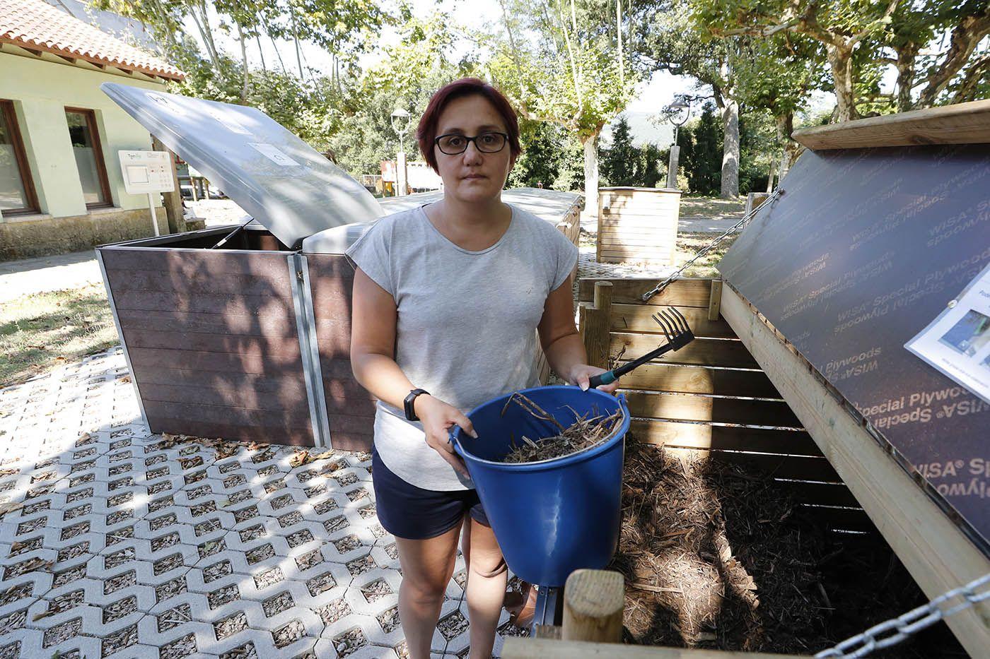 viviana mariño echa restos orgánicos a la compostera grobas (2).jpg