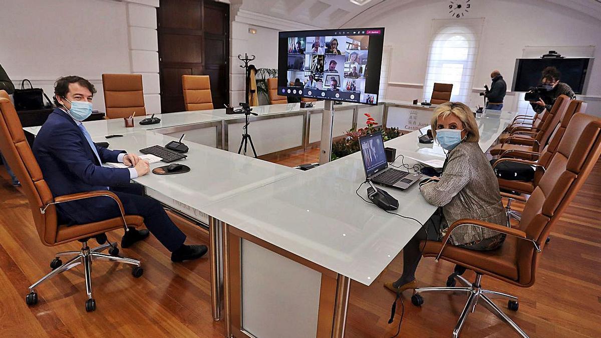Fernández Mañueco y la consejera de Sanidad, Verónica Casado, durante la reunión virtul de ayer con el equipo de expertos que han presentado el informe sobre el Sacyl. | Rubén Cacho - Ical