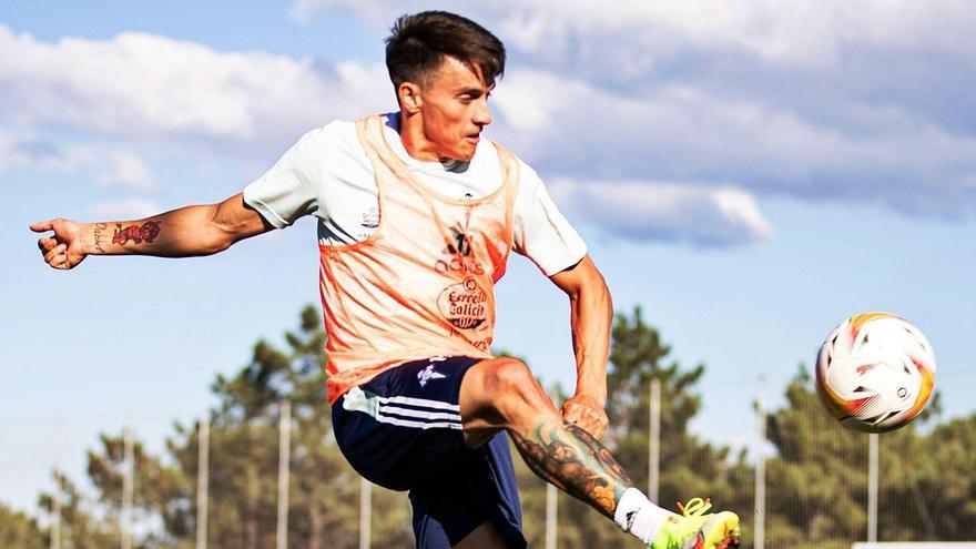 Franco Cervi golpea el balón en el aire durante un entrenamiento del Celta en la ciudad deportiva de Mos. |  // RCCV