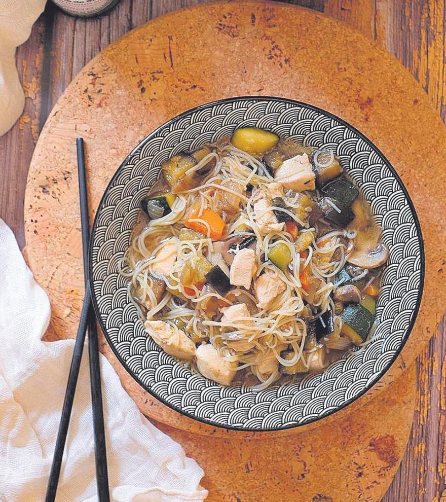 Fideos de arroz con pollo y verduritas