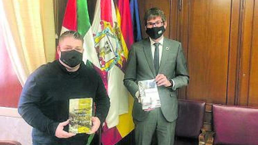 El alcalde de Vitoria se interesa por el trabajo de un investigador ovetense