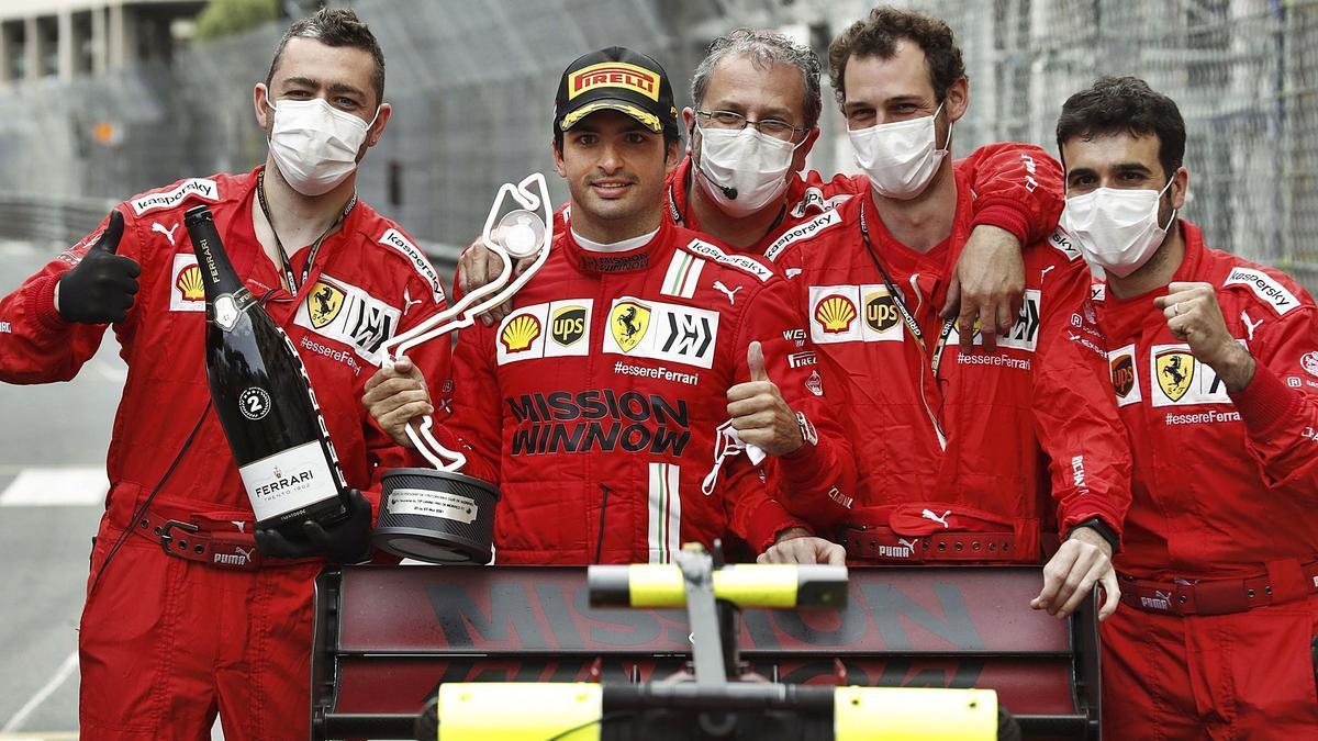 Carlos Sainz posa con su equipo, tras hacer el podio.   efe
