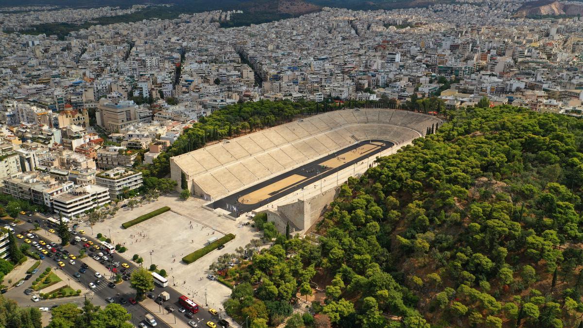 Foto aérea del icónico estadio antiguo Panathenaic, en el centro histórico de Atenas, recinto al que entró en primer lugar Spiridon Louis en la en la primera maratón olímpica de la historia en el año 1986.