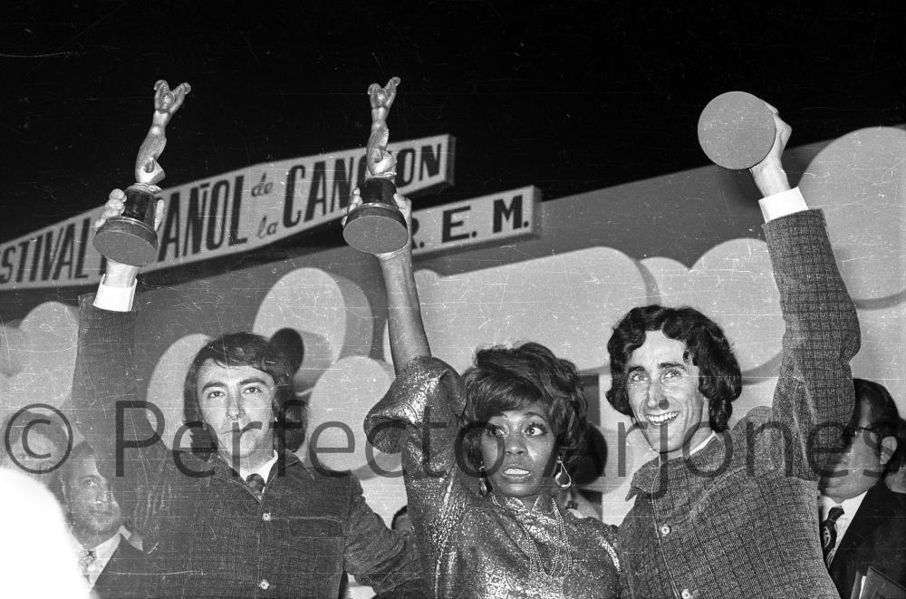 DONNA HAIGHTOWER y JOE Y LOUIS, GANADORES DEL XII FESTIVAL DE LA CANCIÓN. 16 DE JULIO 1970.