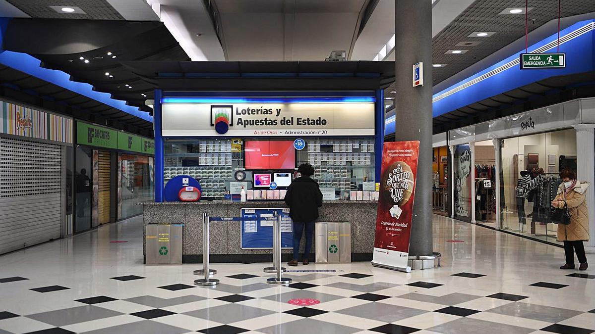 Interior del centro comercial Los Rosales, ayer.  | // CARLOS PARDELLAS