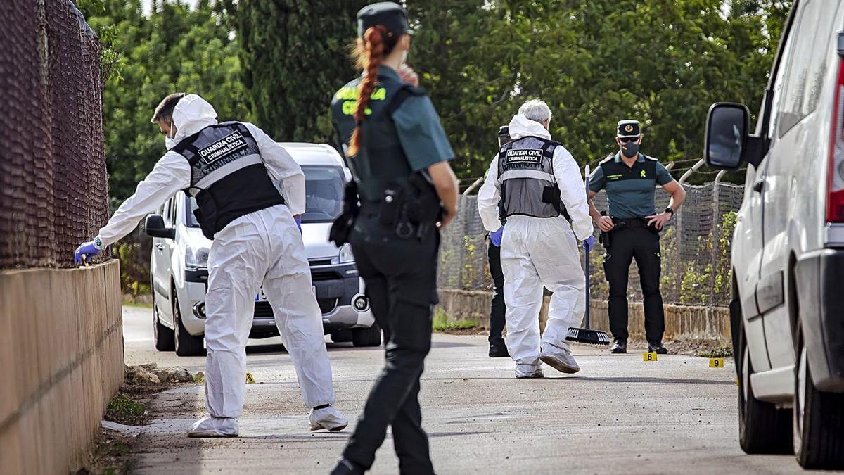 Agentes de la Guardia Civil recaban pruebas en la escena del crimen, el jueves en Inca.