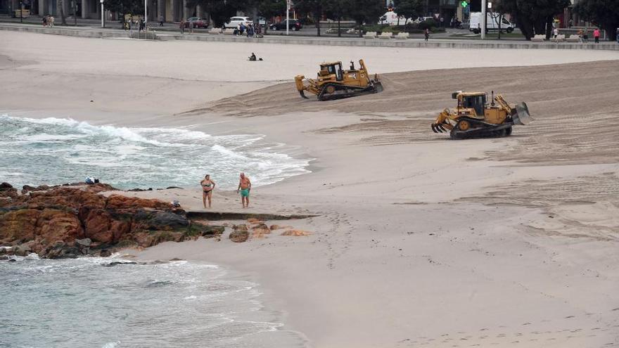Las playas de Riazor y Orzán se preparan para el invierno