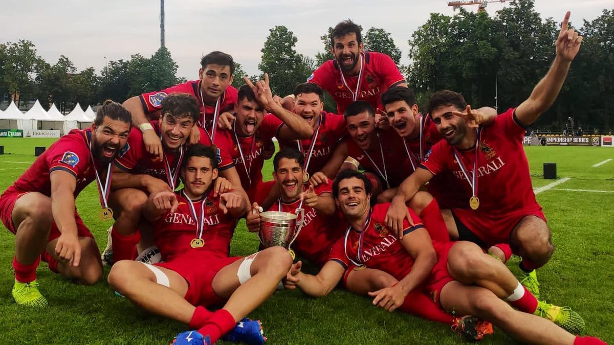 La selección nacional celebra el título europeo con Javier de Juan en el centro de pie.