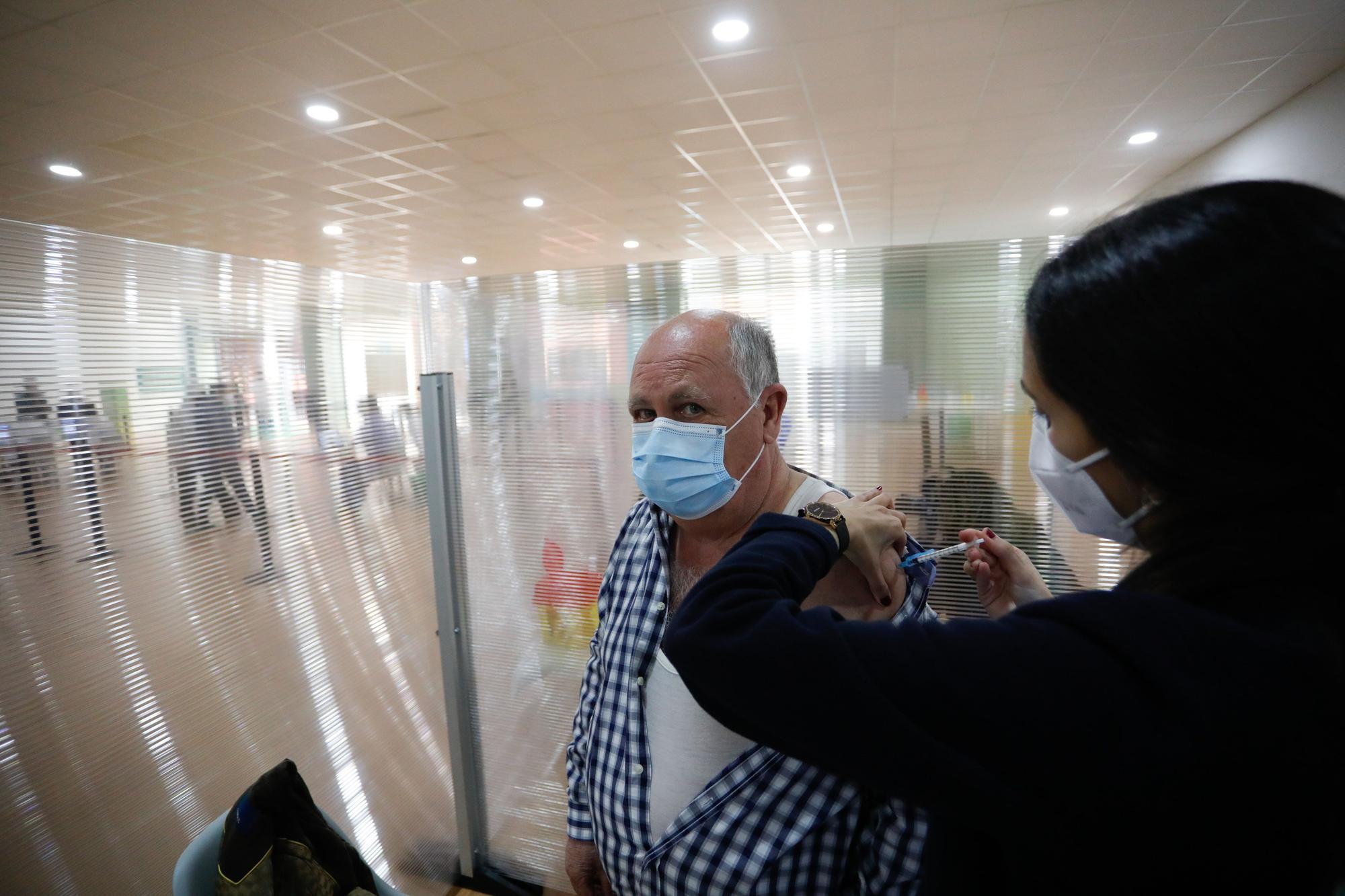 Campaña de vacunación masiva en el centro comercial Parque Astur