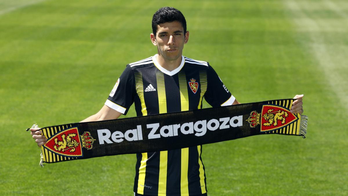 Jesús Gámez, único fichaje por ahora del Real Zaragoza, en su presentación en La Romareda.